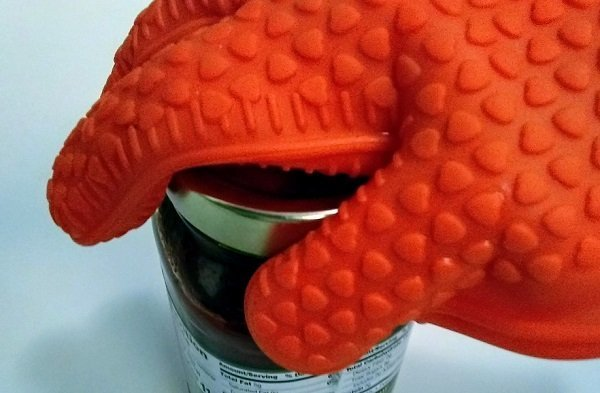 open a jar with a silicone mitt